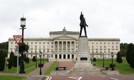 Sedile edificio di Stormont del governo Irlanda del Nord con Lord Carson & x27; statua di s Fotografie Stock
