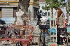 Sedile rosso ed altri retro oggetti sul mercato dello straccio Fotografia Stock