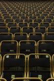 Sedili all'aperto dello stadio con le strutture gialle, diritto vista Fotografia Stock Libera da Diritti