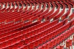 Sedili all'aperto rossi vuoti Immagine Stock