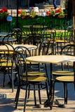 Sedili all'aperto vuoti del ristorante Fotografia Stock