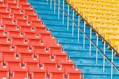 Sedili arancio e gialli vuoti allo stadio Fotografie Stock