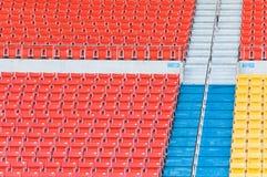 Sedili arancio e gialli vuoti allo stadio Immagine Stock