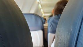 Sedili blu in aeroplano, volo scomodo, società bassa, classe economica archivi video