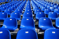 Sedili blu sullo stadio Fotografie Stock