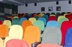 Sedili colorati del teatro del cinema Immagini Stock