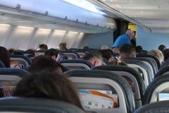 Sedili della cabina dell'aereo degli aerei dell'aeroplano dalla parte posteriore Immagine Stock