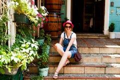 Sedili della ragazza sull'punti a Belgrado Serbia Immagini Stock