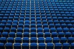 Sedili di banchi in terra dello stadio della corte di calcio fotografia stock libera da diritti