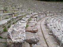 Sedili di pietra del teatro antico di Epidaurus, penisola del Peloponneso della Grecia immagine stock
