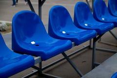 Sedili di plastica blu vuoti fotografia stock