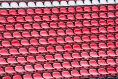 Sedili di rosso dello stadio Immagini Stock