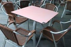 Sedili e una tavola ad un'area dinning in pubblico Immagini Stock