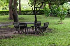 Sedili nel giardino a nessuno fotografie stock libere da diritti