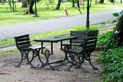 Sedili nel giardino a nessuno fotografia stock libera da diritti