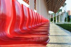 Sedili rossi di plastica nello stadio Immagine Stock Libera da Diritti