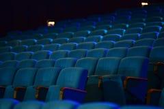 Sedili verdi comodi vuoti nel teatro, cinema Immagini Stock Libere da Diritti