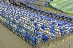 Sedili vuoti dello stadio di colore allo stadio di football americano di Maracana in Rio de Janeiro, Brasile Fotografia Stock Libera da Diritti
