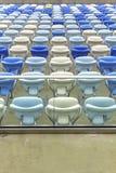 Sedili vuoti di colore allo stadio di football americano di Maracana Fotografia Stock Libera da Diritti