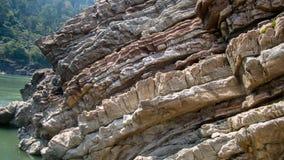 Sedimentär sten i flodbanken Royaltyfria Bilder