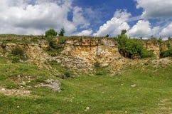 Sedimentär sten och äng, Zavet stad Royaltyfri Foto