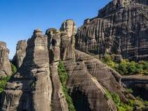 Sedimentär stenlutningar av Meteora, Grekland royaltyfri fotografi
