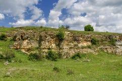 Sedimentgestein und Wiese, Zavet-Stadt Stockfoto