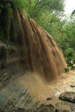 Sedimento di trasporto della cascata dopo pioggia persistente Fotografie Stock Libere da Diritti