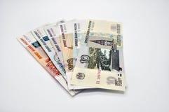 5000 1000 1000 sedlar av banken av Ryssland på vita sedlar för rygg 100 för ryska rubel för bakgrund av femtusen rubel Royaltyfri Bild