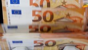 Sedlar av euro flyttar sig inom av en räknande apparat stock video