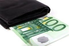 Sedlar av hundra euro som klibbar ut ur den svarta plånboken, stängde sig, Arkivbild