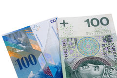 Sedlar av 100 PLN och schweizisk franc Arkivfoto