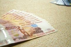 Sedlar av 5000 ryska rubel bakgrund royaltyfri bild