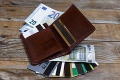 Sedlar, euromynt och kreditkortar Royaltyfria Foton