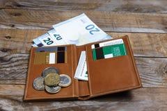 Sedlar, euromynt och kreditkortar Arkivfoto