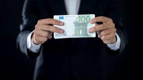 Sedlar för affärsmanvisningeuro, europeisk valuta, krediteringserbjudande, nationalekonomi arkivfoton