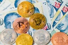 Sedlar för Singapore dollar och Bitcoin Cryptocurrency mynt på W arkivfoton