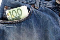 Sedlar hundra euro som klibbar ut ur den främre jeansen, stoppa i fickan Royaltyfri Bild