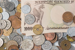 Sedlar och mynt för japansk yen bakgrundsbegreppet bantar guld- äggfinans Royaltyfri Foto