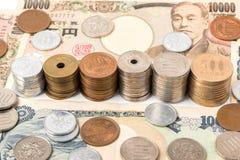 Sedlar och mynt för japansk yen bakgrundsbegreppet bantar guld- äggfinans Arkivbild
