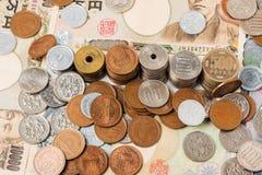 Sedlar och mynt för japansk yen bakgrundsbegreppet bantar guld- äggfinans Royaltyfri Fotografi