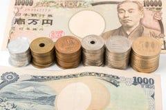 Sedlar och mynt för japansk yen bakgrundsbegreppet bantar guld- äggfinans Arkivbilder