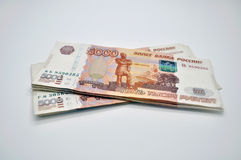 Sedlar 5000 rubel av banken av Ryssland på ryska rubel för vit bakgrund Arkivbild