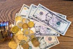 Sedlar som täckas med mynt som häller ut ur den glass kruset royaltyfria foton