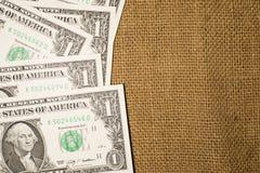 Sedlar USA $1 dollar på en gammal säck Royaltyfri Bild