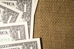 Sedlar USA $1 dollar på en gammal säck Royaltyfria Bilder