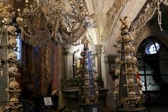 Sedlec藏有古代遗骨的洞穴是一个小天主教教堂,在诸圣日下公墓教会位于Sedlec, Kutna的郊区Ho 库存照片