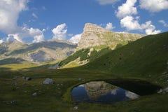 Sedlo山和清楚的Jagodino湖在波黑 免版税图库摄影