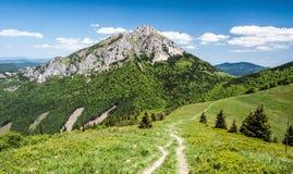 Sedlo de Stohove y colina de Velky Rozsutec en las montañas de Mala Fatra en Eslovaquia Foto de archivo
