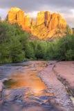 Sedona大教堂岩石和橡木小河日落 免版税库存照片